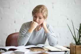 KecemasPenanganan Pertama Mengatasi Kecemasanan dan kekhawatiran menjadi salah satu topik hangat saat berbicara soal mental health. Karena ini adalah salah satu sifat yang akan dirasakan bagi para penderita mental illness. Dan kecenderungan mereka merasakan kecemasan, kekhawatiran, terserang panik berlebih. Ini menjadi hal umum yang terjadi. Dan cemas dan perasaan khawatir atau panik yang berlebih, dapat menjadi awal kalian menuju ke mental illness. Sehingga saat kalian mulai merasaa sesuatu yang tidak beres dengan emosi kalian, merasa mulai tidak wajar, segerlah cari pertolongan. Carilah Teman Ngobrol Teman Bertukar Pikiran Bagi kalian yang mulai merasa panik, cemas, khawatir berlebih, sebaiknya kalian cari pertolongan pertama dengan mencari orang untuk menceritakan apa yang kalian rasakan. Cari orang yang bisa dipercaya, dan anda nyaman saat bercerita dengannya. Jangan di pendam sendiri, karena bisa membuat kalian semakin tidak beraturan. Setelah itu mulailah kalian mencari jalan keluar bersama. Dan jika kalian malah merasakan tekanan dari orang tersebut, kalian bisa mencari orang lain. Bisa dengan sahabat ataupun anggota keluarga. Mengatur Pernapasan Dan Kontrol Pikiran Kalian Ini bisa dibilang adalah pertolongan pertama yang bisa kalian lakukan saat tidak ada yang bisa kalian hubungi. Pertama-tama fokuskan pada pernapasan kalian. Tarik napas panjang, jangan terburu-buru, rasakan saat udara mulai masuk dalam hidung, tenggorokan sampai ke paru-paru kalian. Tahan seperdetik, dan keluarkan perlahan dari mulut. Lakukan ini beberapa kali sampai kalian mulai merasa tenang dan bisa terkendalikan. Setelah tenang, mulai atur pikiran kalian. Hilangkan pikiran-pikiran yang tidak perlu. Fokus pada inti masalah yang men trigger kalian panik. Mulai identifikasi masalah tersebut. Cari inti masalah, penyebab, dan sudah sejauh apa. Cari solusi. Setelah tahu apa solusinya, atau hasil apa yang kalian inginkan, baru pikirkan, bagaimana untuk merealisasikannya. Bagaimana caranya memb